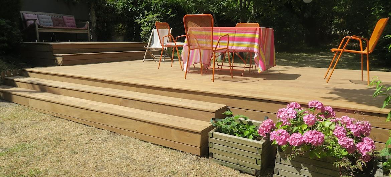 terrasse bois surélevée avec table de jardin et canapé extérieur