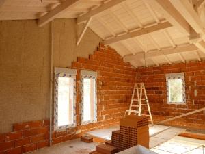 isolant en fibre de bois sur un mur en maçonnerie, avec charpente bois