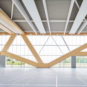 Vue intérieure d'un bâtiment avec structure en bois lamellé
