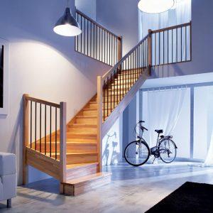Intérieur de maison avec escalier en bois