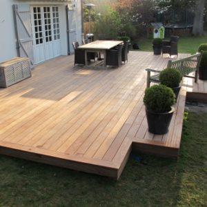 Vue extérieure d'une terrasse en bois